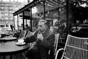 El filósofo Jean Paul-Sartre, en un café de París en 1966. DOMINIQUE BERRETTY